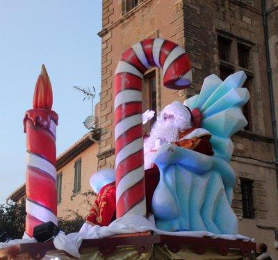 L'arrivée du Père Noël sur son 'Tacot volant'